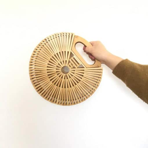 Geanta-rotunda-din-bambus-Sweet-Pea-mana